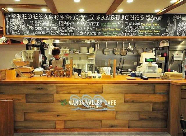 前払いセルフ型のカフェMANOA VALLEY CAFE様。レジ会計と同時にその場で渡すドリンクとオーダーいただいてから調理する料理を東芝テックPOSレジで解りやすく管理しています