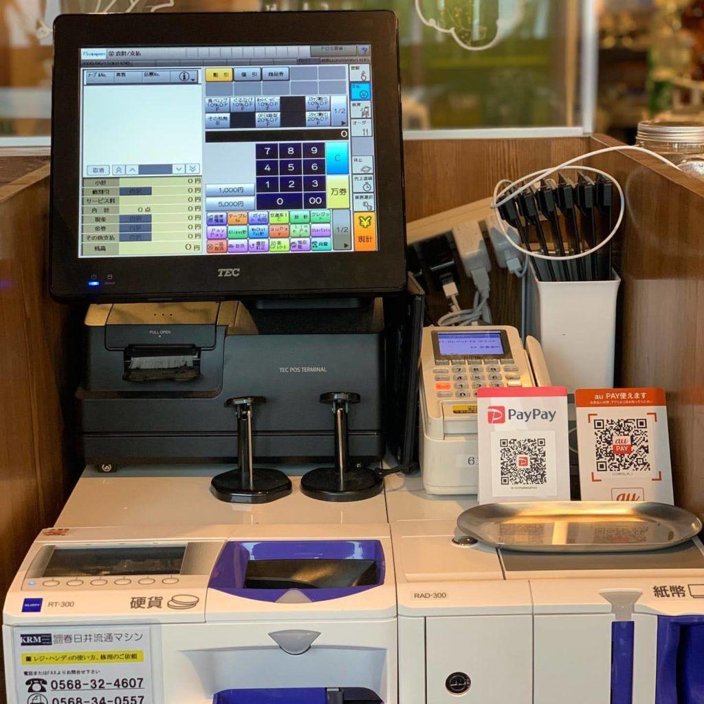 多様な業態でも1台で対応できる東芝テック製POSレジ。全国にあるサービスステーションでオンサイト(店舗にお邪魔して修理する)保守サービスをご利用いただいております