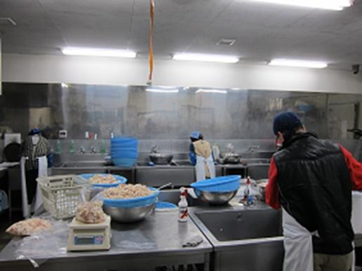 セントラルキッチン内の作業風景。毎日大量のホルモンやお肉を捌きます